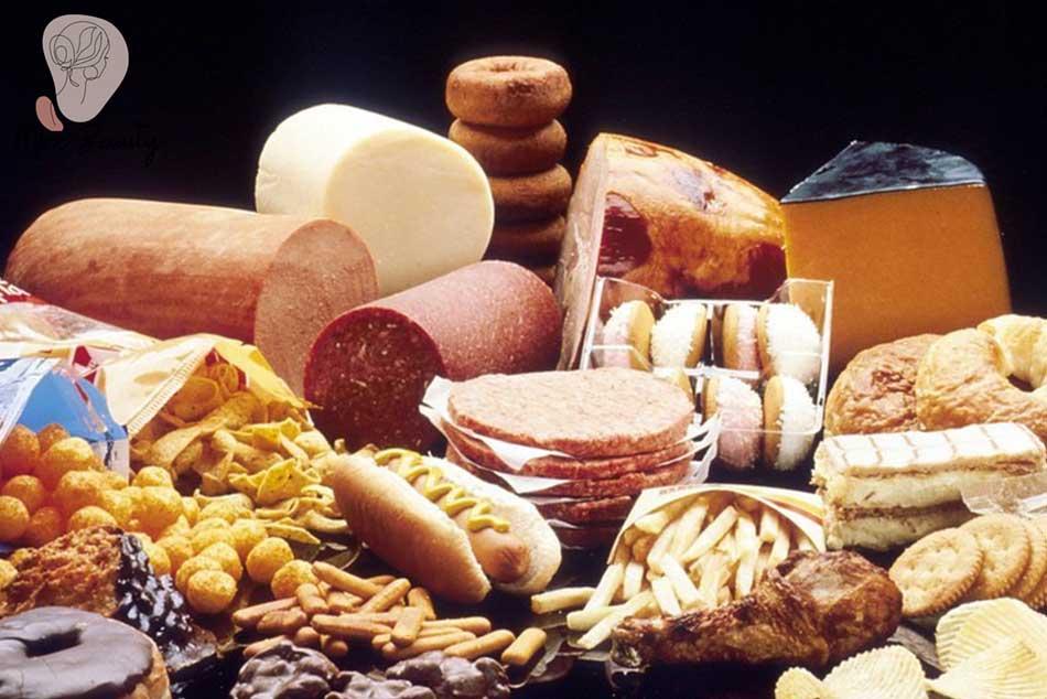 Một số thực phẩm gây kích thích sản sinh ra hormone, khiến cho chất nhờn được tiết ra nhiều hơn