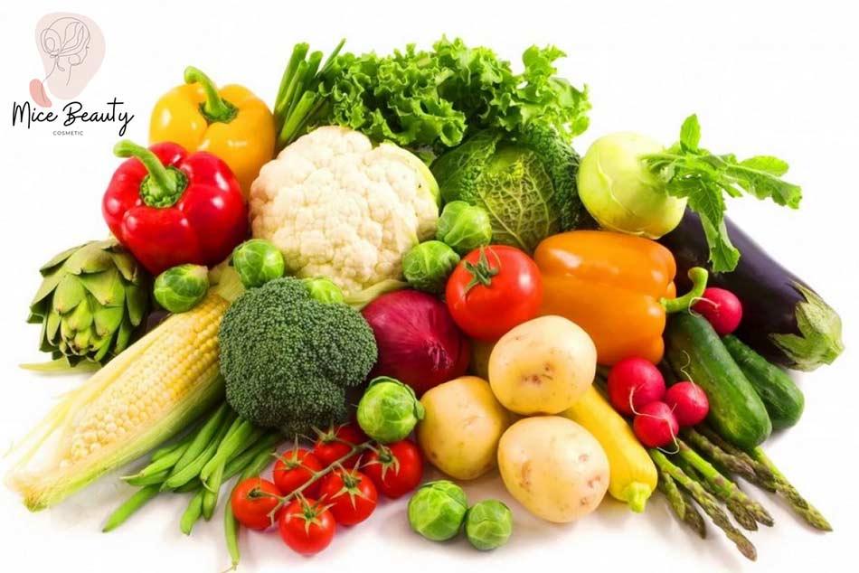 Người bị mụn trứng cá nên ăn rau xanh và trái cây