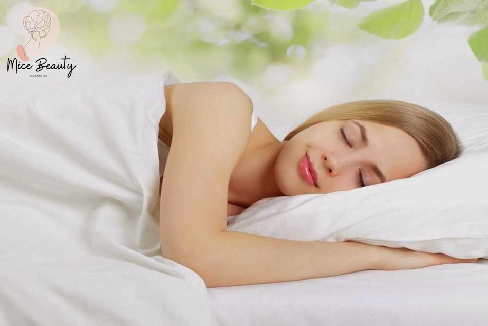 Nên ngủ đủ từ 7-8 tiếng đồng hồ một ngày và rèn thói quen ngủ trước 23h