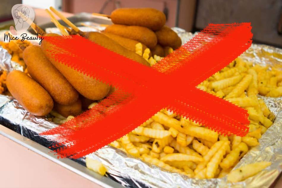 Chế độ dinh dưỡng không phù hợp là một trong những nguyên nhân gây ra mụn ẩn
