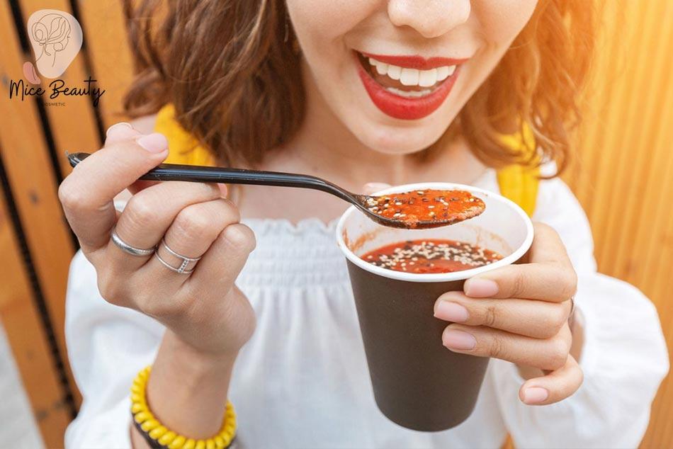 Sử dụng các loại thực phẩm dễ gây mụn như đồ ăn cay nóng và nhiều dầu mỡ là một trong những nguyên nhân gây ra mụn li ti