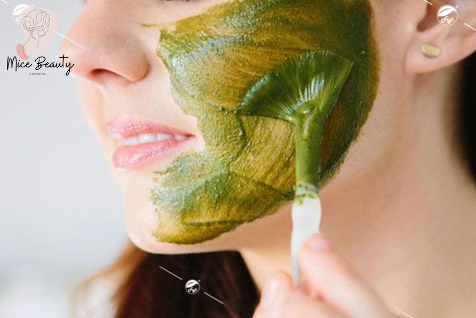 Đắp mặt nạ trị mụn ẩn từ bột trà xanh