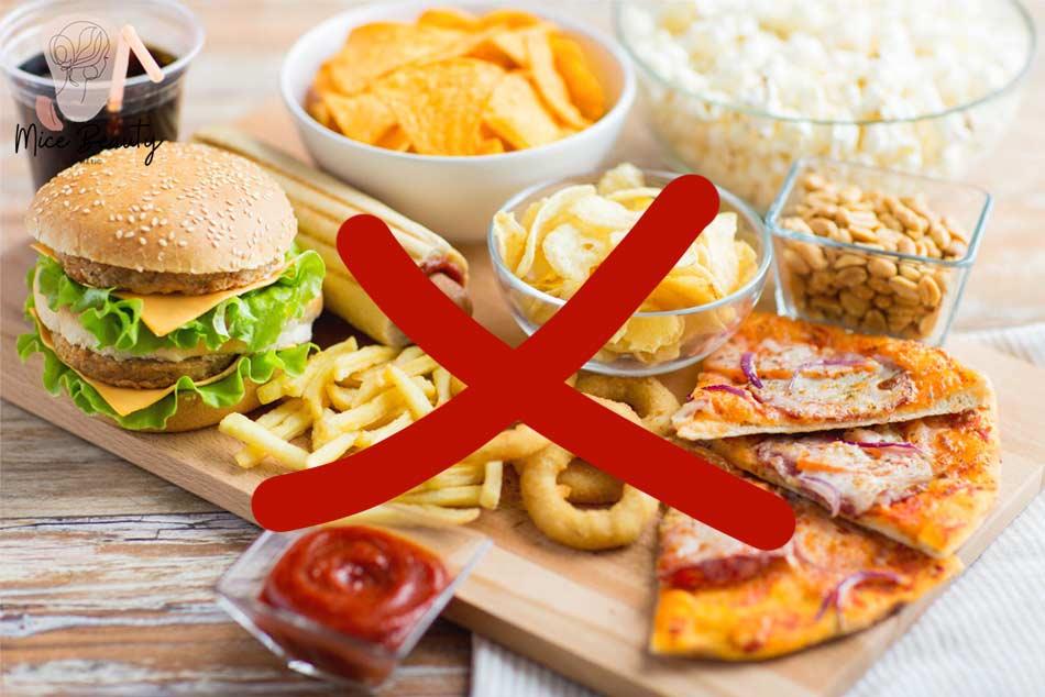Thường xuyên ăn đồ ăn nhiều dầu mỡ có thể gây ra mụn mủ