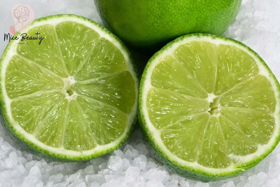 Sử dụng nước cốt chanh và muối trị mụn