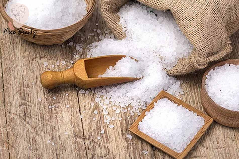 Bí quyết xông mặt trị mụn ẩn bằng muối