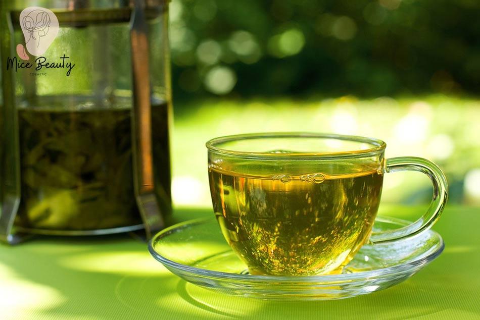 Uống nước trà xanh hằng ngày để trị mụn trứng cá
