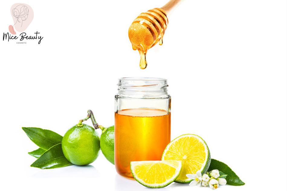 Trị mụn bằng nước muối sinh lý, chanh và mật ong