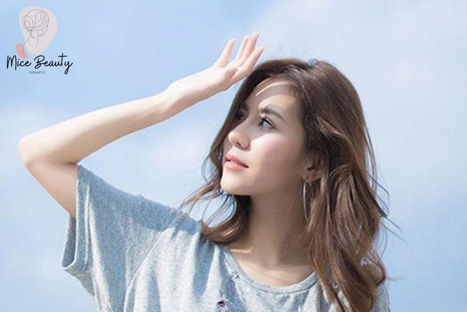 Hạn chế để da mụn tiếp xúc trực tiếp với tia UV